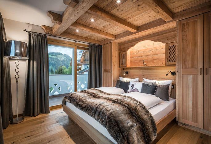 Alpenhotel Plaza###br###Im Zentrum der Dolomiten, ruhig und sonnig gelegen.###br###Freundlich, einladend, angenehm, familiär.###br###Die gelungene Kombination von Gourmet, Wellness und Sport.###br###Sellaronda und Gardenaronda auf 200m
