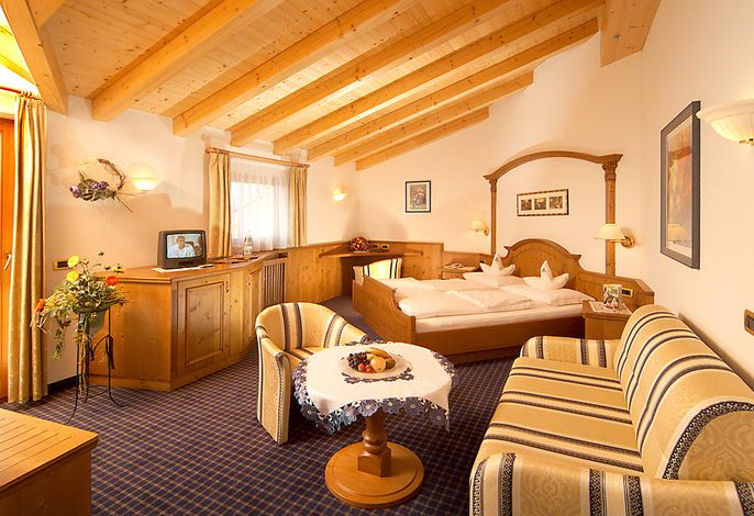 Das schmucke Hotel Baumwirt der Gastgeberfamilie Zemmer liegt in einer Höhe von 1200 m in Kastelruth in Südtirol. Die landschaftliche Umgebung ist von der beeindruckenden Gebirgskulisse der Dolomiten geprägt.