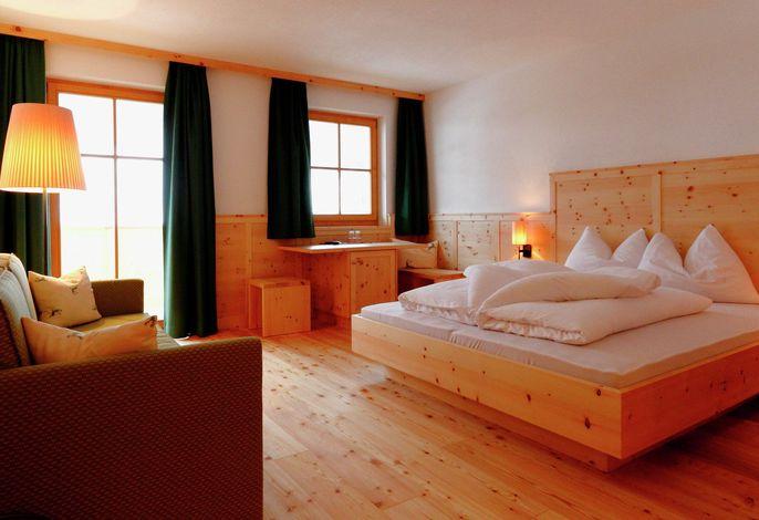 Am Ende des Ahrntals, wo Almwiesen und Bergspitzen beginnen liegt das Berghotel Alpenfrieden in der kleinen Südtiroler Ortschaft Weißenbach. Die Familie Huf begrüßt ihre Gäste hier noch persönlich mit Handschlag...