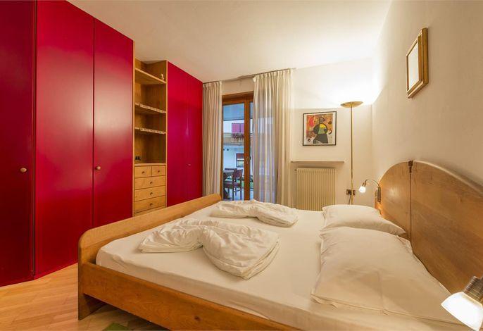 Unser Hotel Sonnenburg befindet sich im ausgesucht schönen und sonnigen Park- und Villenviertel von Meran/Obermais, mitten im Grünen und sehr ruhig gelegen. 15 Gehminuten ins Zentrum von  Meran. Freier Ausblick auf die Bergwelt. Bush 100 Meter vom Hotel