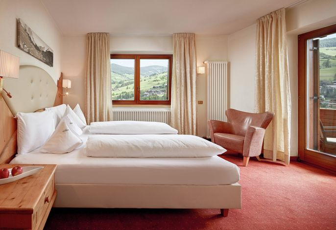 Als Dolomites Life Resortsind wir eines der besten Resorts für Ihren aktiven und entspannenden Aktiv- und Relaxurlaubim Herzen der Dolomiten. Im Winter mit direktem Zugang zu den Skipisten, im Sommer zum Naturpark.