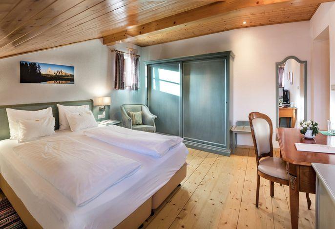 Kleines, traditionsreiches, renoviertes Hotel, mit großem Garten, im historischen Ortskern von Kastelruth. Gepflegte Küche mit einheimischen und Internationalen Spezialitäten, alte Tiroler Bauernstube.