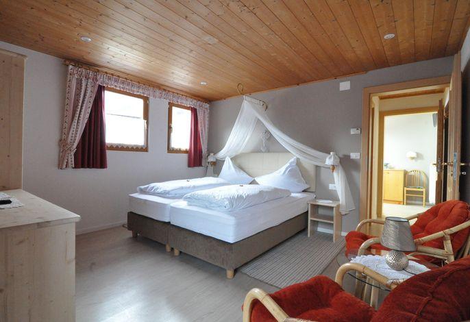 Idyllisches Familienhotel inmitten des Stilfserjoch-Nationalparkes. Abseits des Durchgangsverkehrs, das einmalige Panorama der herrlichen Berge des Ortlermassivs vor Augen.