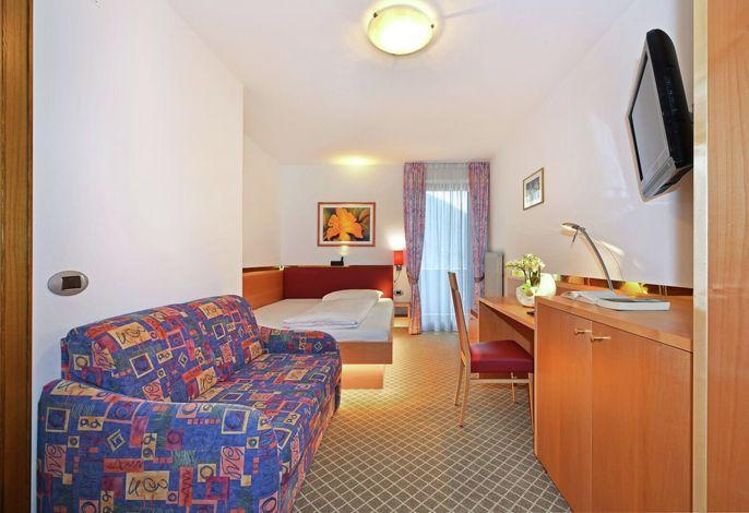 Herzlich Willkommen im Hotel Hubertushof auf dem schönen Apfelhochplateau. Es begrüßt Sie Familie Delazer.