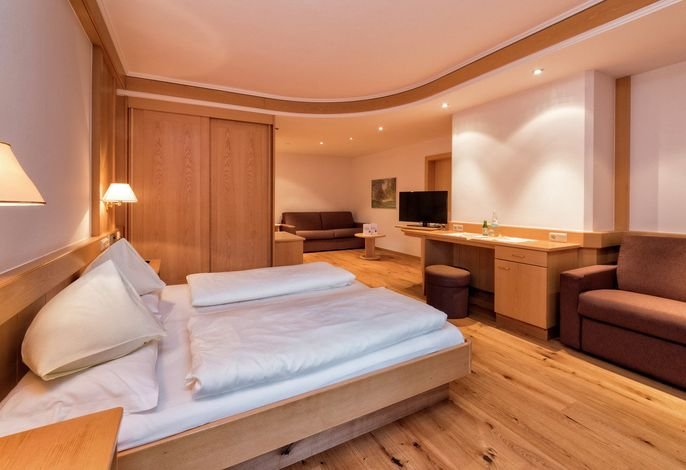 Das Hotel Post ist ein Familienbetrieb mit langjähriger Tradition, einfach zum Wohlfühlen, mit herzlicher Atmosphäre. Ihre schönste Zeit im Jahr liegt uns am Herzen. Ihr Wellness-, Wander-, Reit- und Skihotel in den Dolomiten.