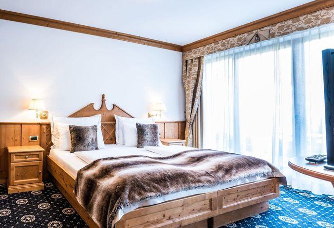 Traditionsreiches und elegantes Hotel in zentraler Panoramalage, 150m von Pisten entfernt. Wellnessbereich und SPA mit 32° beheizten In- und Outdoor-Pools, Salzgrotte, Vulkania Dampfbad, Fitnessraum, Konferenzsaal.