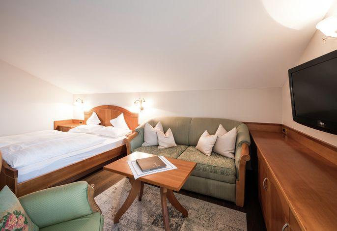 Fliehen Sie aus Ihrem Alltag direkt hinein in Ihrepersönliche Auszeit im Resmairhof. Das einmaligePanoramahotelam Sonnenhügel vonSchennaoberhalb von Meran.