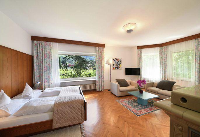 Komfort-Hotel in ruhiger Sonnenlage von Obermais. Beheizbares Freischwimmbad 20x6 m, Hallenbad 16x5 m, Dampfbad, Sauna, Whirlwannen, Solarium, Kneipp-Becken, Beauty-Programme.
