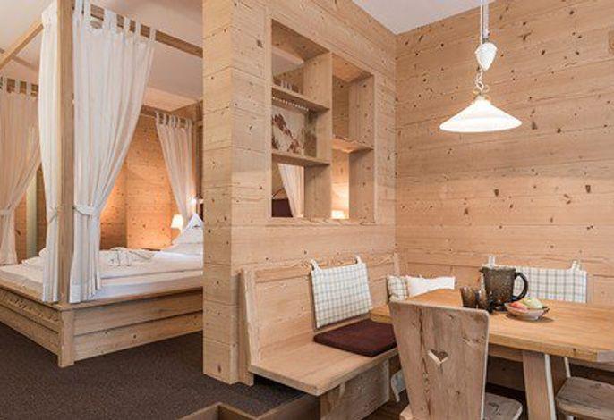 Das Alpenheim ist ein Paradies für Romantiker, mit jeglichem Komfort, Schwimmbad und Wellnessbereichs, in exklusiver Panoramalage, am Sonnenhang von St. Ulrich gelegen. Die exzellente Küche und die edlen Weintropfen tragen zum leiblichen Wohl bei.