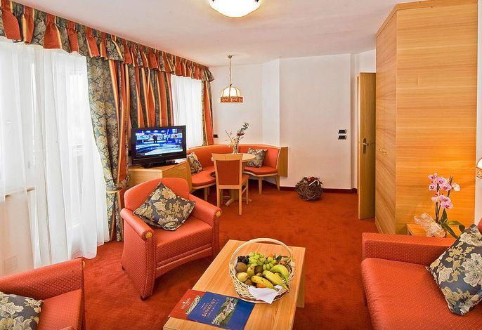 Stilvolles Ambiente, exquistie Küche, herzlicher Service, Vinothek, Beautyoase Dolomiti Spa mit Beauty Center, 6 Saunen, 5 Schwimmbäder und Badeteich.Skibus-Bushaltestelle am Hotel.