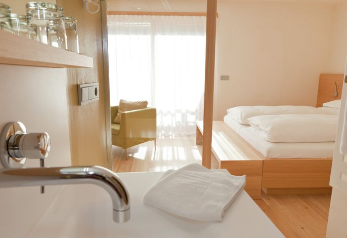 Unser in der fünften Generation geführtes Hotel Heubad umfasst alle Annehmlichkeiten die es für einen erholsamen und genussreichen Urlaub braucht: Freibad, Sonnenterrassen, Hallenschwimmbad, Saunalandschaft mit Bio-Heu-Sauna,...