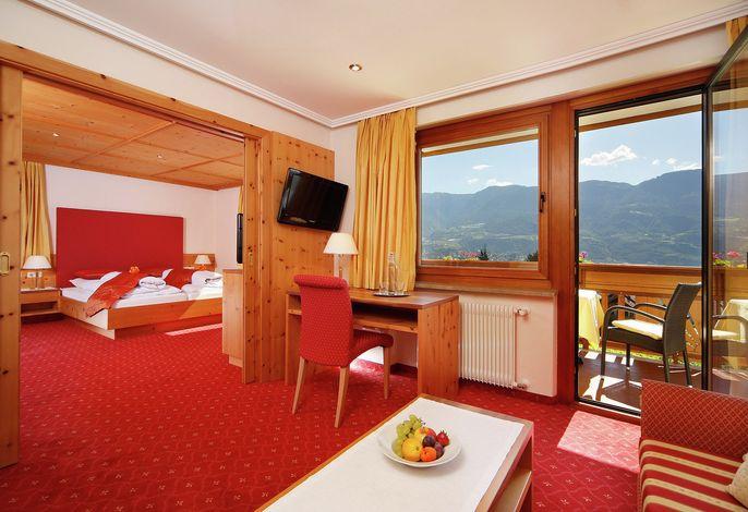 Neuerbautes Landhaushotel in ruhiger Lage,  großes Freibad, Panoramablick auf Meran, familiäre Atmosphäre, jeglicher Komfort, Suiten zum Wohlfühlen, Kulinarische Vielfalt.
