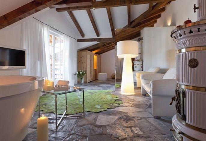 Wohnen in alten Gewölben und luxuriösen Suiten, entspannen in einem besonderen Wellnessbereich, ein romantisches Abendessen im Haubenrestaurant mit einem traumhaften Ausblick auf den Schlern genießen.