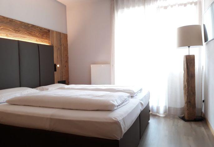 Das Hotel Col Alto befindet sich in einer idealen Lage im Zentrum von Corvara. Dem traditionellen Haus ist eine moderne Dependance zur Seite gestellt worden, die durch einen unterirdischen Gang mit dem Haupthaus verbunden ist.