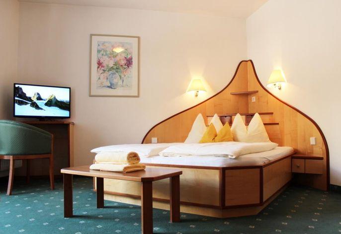 Natur erleben im Appartement Hotel Deluxe Erlhof***s###br######br###Seit neuem präsentieren wir Ihnen im Haupthaus eine alpin moderne Struktur mit Suiten oder Appartements, neuer Lobby und Personenaufzug.###br###Familie Stolzlechner heißt Sie herzlich willkommen!