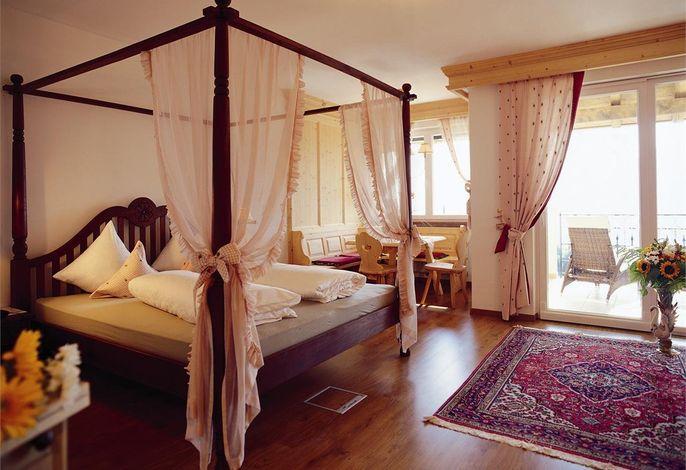 In einzigartiger Panoramalage gelegen glänzt das Finkennest mit Top-Ausstattung und Komfort. Genießen Sie die mediterrane Küche und Südtiroler Gastfreundlichkeit. Baby- und Kinderbetreuung.