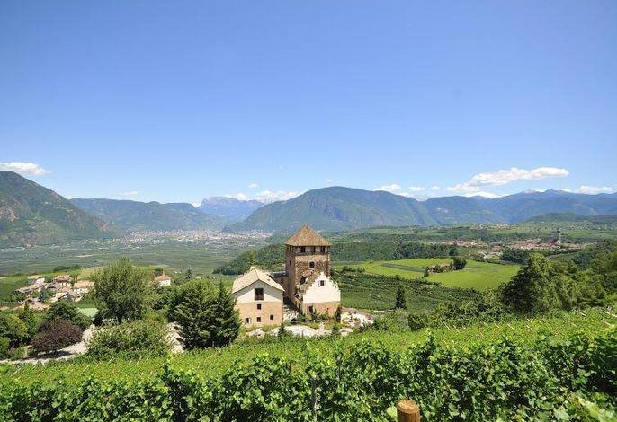 Blick vom Schloss Hotel Korb auf die Dolomiten