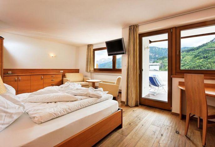 Sie finden unser Haus auf dem Übergang zw. Kastelruth und St. Ulrich, auf 1440 m Höhe. Es liegt mitten im Grünen, in herrlicher Panoramalage auf die Dolomiten, abseits von Autolärm und Stress.