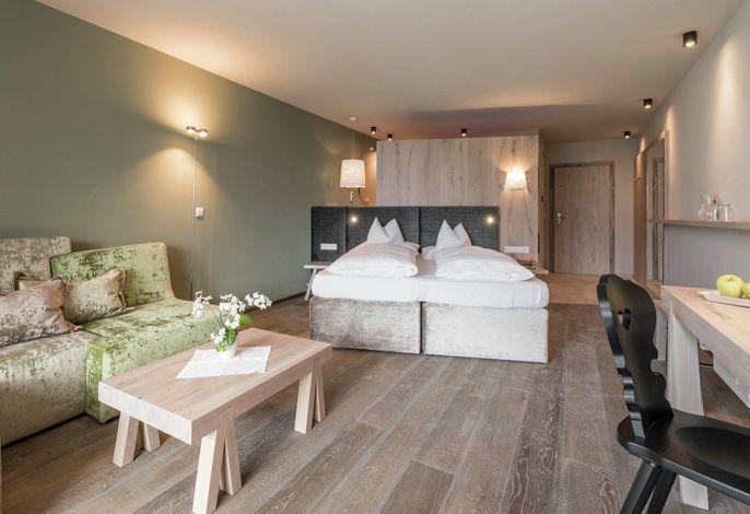 Sehr ruhig gelegenes 4-Sterne-Superior Design Hotel nur für Erwachsene. Eine echte Oase für alle Ruhe suchenden. Die Kurstadt Meran ist zu Fuß sehr gut erreichbar, oder mit dem Bus mit sehr guter Busanbindung.