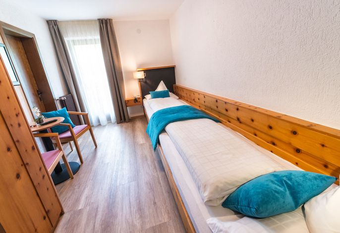 Gemütliches Komforthotel mitten im Grünen eigener Obstanlagen, nur 10 Gehminuten vom Ortskern entfernt. Entdecken Sie Ihr Badeparadies: 60 m Wasserrutsche, Wasserfall, Liegewiese.