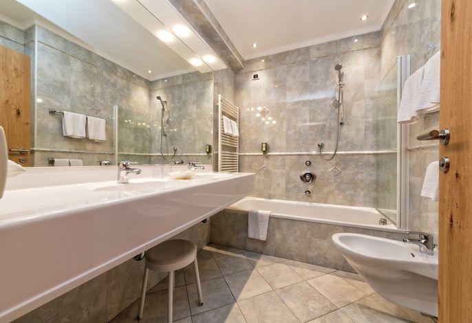 Familiäre Betreuung in stilvollem und elegantem Ambiente, günstige, zentrale Lage mit direktem Zugang zu Aufstiegs-und Sportanlagen, Spazier-und Wanderwegen .
