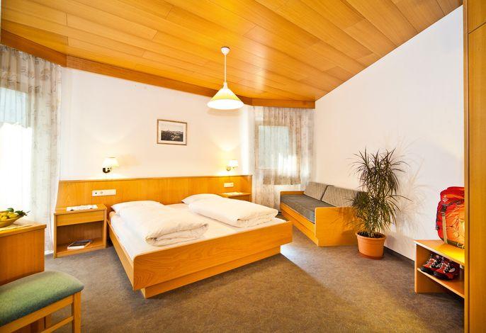 Das 4 Sterne Alpinhotel Vajolet liegt im Zentrum von Tiers am Rosengarten. Im Sommer der ideale Ausgangspunkt für Wandertouren/Klettertouren. Im Winter bringen wir Sie mit dem kostenlosen Hotelshuttle direkt ins Skigebiet Carezza Dolomites.