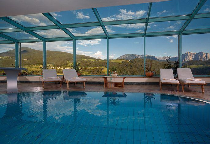 Schwimmbad mit Blick auf die Dolomiten