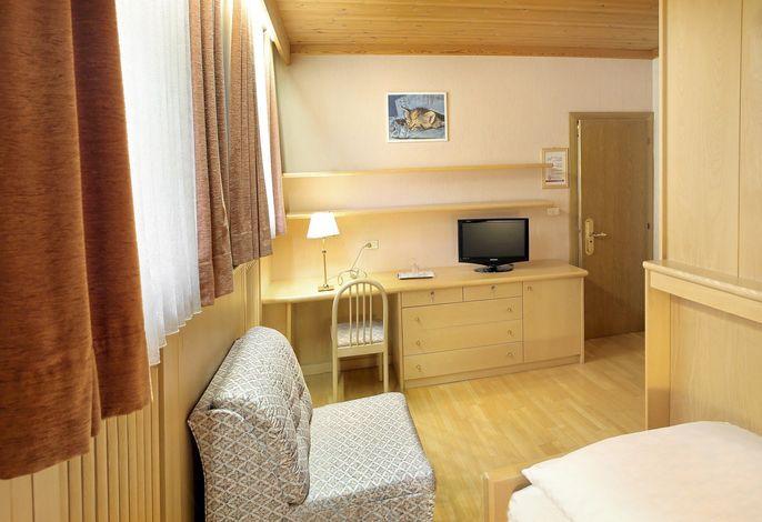 Familiäres Hotel. Alle Zimmer sind mit Bad/WC oder Dusche/WC, Balkon, Direktwahltelefon, Internet-Wireless, SAT-Farb-TV, Radio, Safe und Fön.