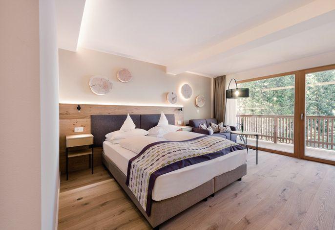Herzlich Willkommen in unserem 4* Hotel in Alta Badia, Ihrem gemütlichen und eleganten Urlaubsrefugium in St. Kassian.