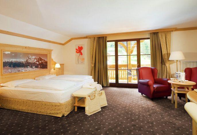 Das Ski- und Wanderhotel La Perla in den Grödner Dolomiten verwöhnt Sie mit jeglichem Komfort eines 4-Sterne Hotels: herrliches Panoramahallenbad, großzügige Saunalandschaft, Beauty-Farm, geführte Wanderungen im Sommer und Skiguiding im Winter.