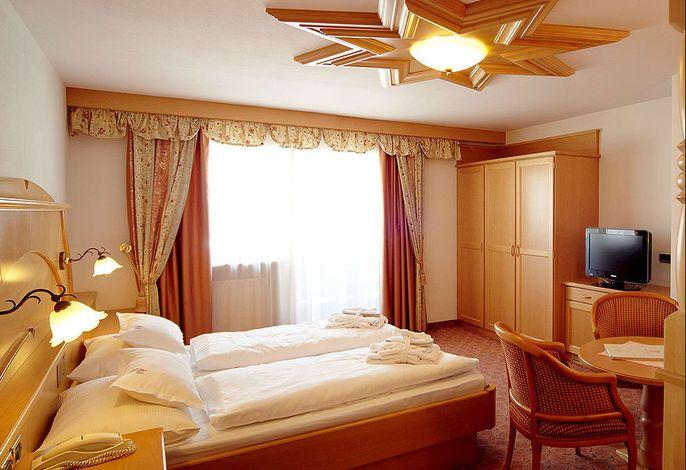 Das PICCOLO HOTEL befindet sich auf der Sonnenseite; ruhig gelegen und 200 Meter vom Ortszentrum entfernt. Idealer Ausgangspunkt für Skitouren im Winter und Wanderungen im Sommer.