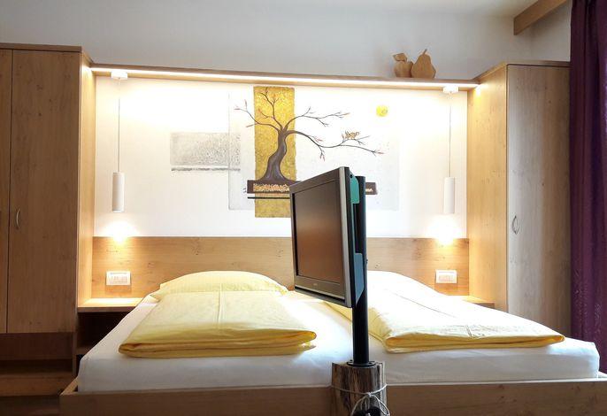 Kleine, familiäre Residence mit biologischem Naturbadeteich drei Kilometer von Meran enfernt. Gepflegte, stilvolle und neuwertige Ferienwohnungen mit ein bis zwei Schlafzimmern und Sonnenbalkonen mit herrlicher Aussicht auf das Meraner Land.