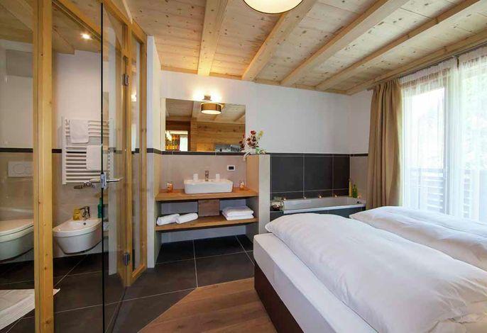 Unser Haus liegt inmitten von grünen Wiesen und Wäldern - nur wenige Minuten vom Zentrum von Wolkenstein entfernt -, im Herzen des Dolomiti Superski - Gebiet, ideal für jede Urlaubsart.