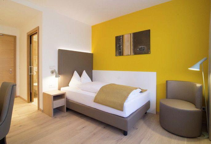 Das Garni HotelKessler liegt in einer Seitengasse im Zentrum von Dorf Tirol Südtirol. Charakteristisch ist der unvergleichliche Blick auf die Kurstadt Meran und das weite Etschtal bis ins Überetsch.