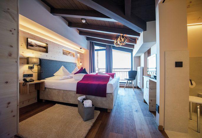 Unser Goldknopf alpine lifestyle Hotel auf derSeiser Alm(2080 m) im Herzen derDolomiten.