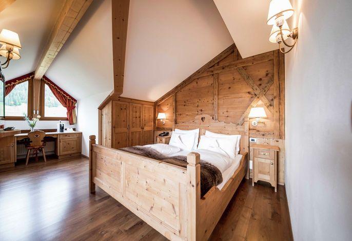 Das Hotel Miravalle****ist ruhig und sonnig gelegen, direkt auf den Skipisten des Sellaronda. Im Sommer ist es von grünen Bergwiesen und einem imposanten Bergpanorama umgeben, eine perfekte Ausgangsposition für Wanderungen und Mountainbike-Touren