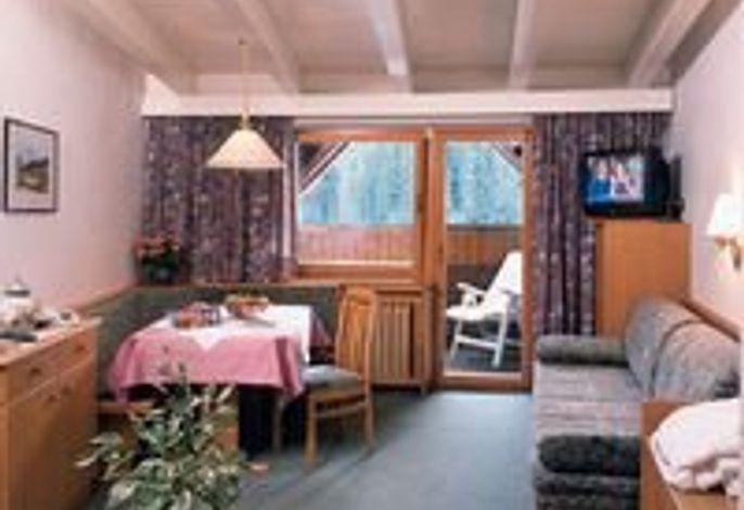 Sonnig und ruhig gelegen. Im Sommer mitten im Grün, im Winter direkt an den Pisten und Loipen. Alle Zimmer mit Bad, TV, Tel., Radio, Safe. Schwimmbad, Sauna u. türkisches Dampfbad.