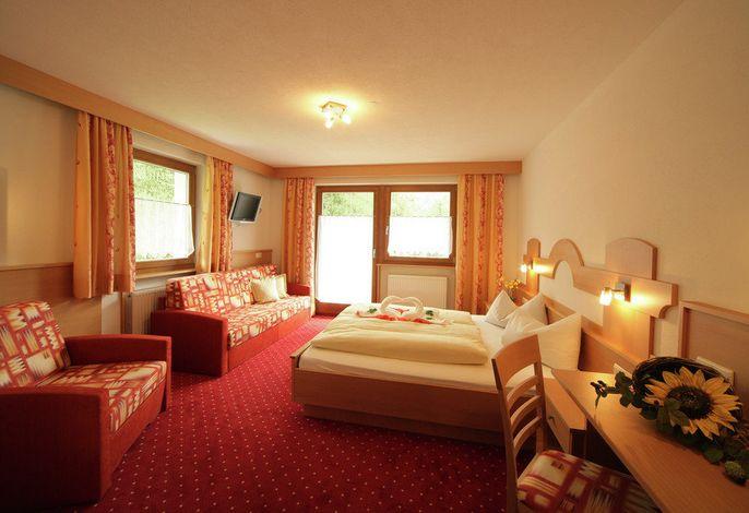 Unser Hotel liegt direkt am Waldrand mit großer Liegewiese, Garten und Parkplatz. Wir bietet einen idealen Ferienaufenthalt für Familien und Reisegruppen.
