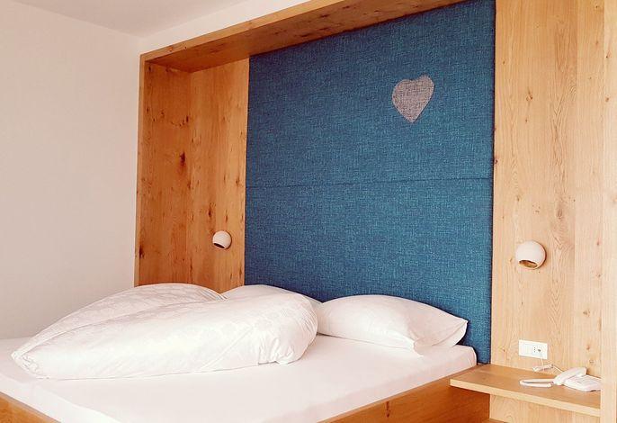 Willkommen im HERZ von Dorf Tirol!###br######br###Die Adresse für Kenner - genießen Sie die etwas versteckte, äußerst ruhige und doch zentrale Lage. ###br######br###In unserem familiär geführten Frühstückshotel sorgen wir persönlich für erholsame, unvergessliche Ferientage