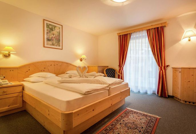 Unser Haus liegt am sonnigen Hang von Wolkenstein auf über 1600 Meter am Anfang des Naturparkes Puez-Geisler im Herzen des UNESCO Welterbes der Dolomiten, mit herrlichem Ausblick auf die bekanntesten Grödner Berge.