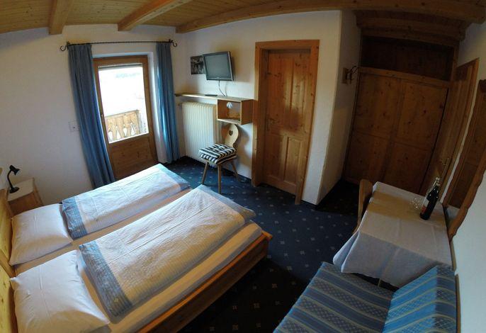 Bauernhof in besonders panoramischer ruhiger Lage. Alle Zimmer mit Bad, WC und Balkon. Gemütlicher Aufenthalt- und Frühstücksraum mit Gästeküche. Wlan im Zimmer und im Freien