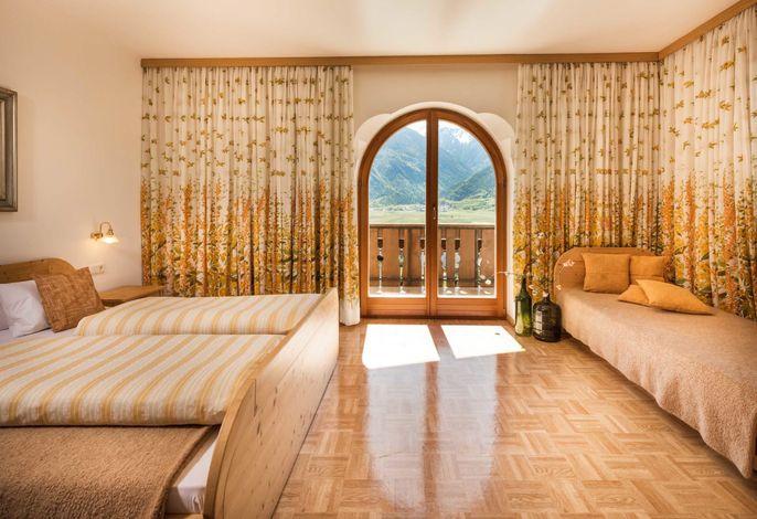 Mitten im sonnenreichsten Gebiet des Tales finden Sie unser Haus umgeben von Weinbergen in bester Südhanglage mit herrlichem Ausblick und anspruchsvoller Ausstattung.