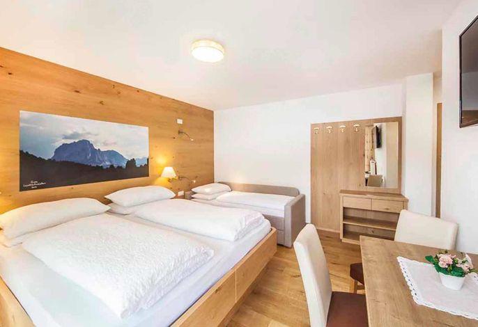 Sowohl Sommer- wie auch Wintergäste profitieren von der hervorragenden Lage unseres Hauses inmitten des UNESCO Weltnaturerbes Dolomiten. Täglich verwöhnen wir Sie mit einem reichhaltigen Frühstücksbuffet.