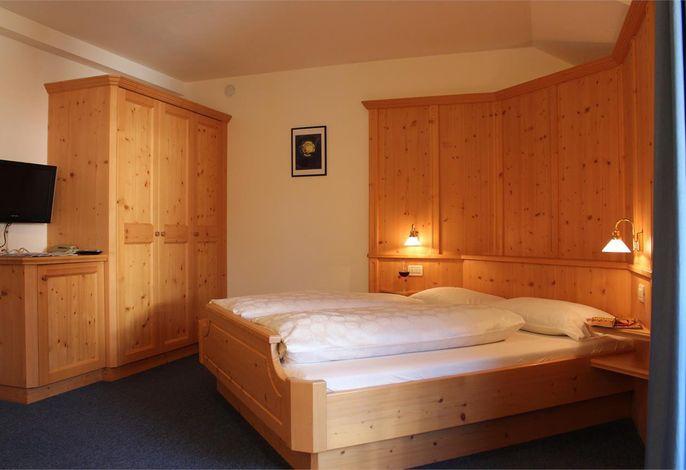 Die Garni  Residence Trocker liegt in Kastelruth , 2 Gehminuten ins  Zentrums. Die Appartements sind großzügig, die Räume behaglich eingerichtet, buchbar mit oder ohne Frühstück.