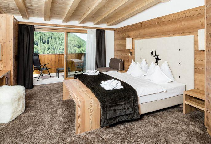 Hotel Dorfer Wellness & Relax - Elegantes, sportliches Hotel in zentraler Lage, mitten im Hoteleigenem 3000 m² Garten gelegen. Zu den Aufstiegsanlagen der Sella Ronda sind es nur wenige Gehminuten entfernt.