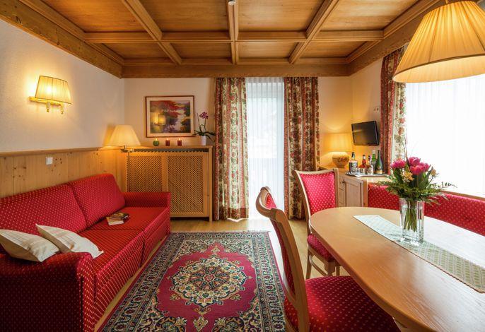 Das Hotel Savoy erwartet Sie für einen reizvollen und erholsamen Urlaub. Vom Hotel aus schweift Ihr Blick über La Varella, Piz La Villa, berühmt wegen seiner Weltcuppiste Gran Risa.