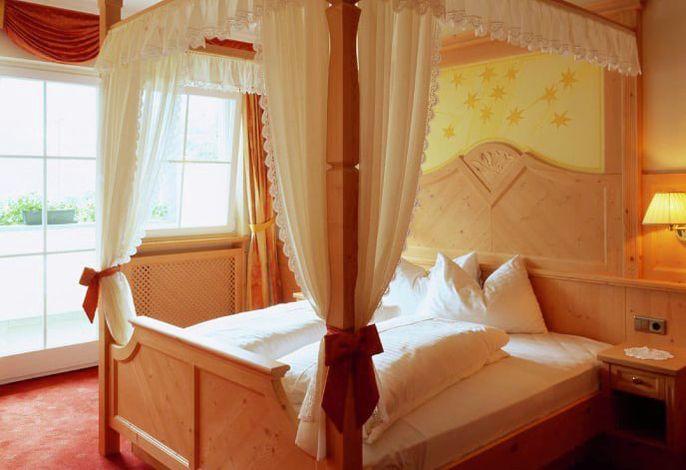 Einfach himmlisch...  Ihr Wohlfühl-Hotel Himmelreich! Buchen Sie Ihre einmalige Lage inkl. Panoramaschwimmbad, Wellness & Südtirols einzigem Barfußlehrpfad.