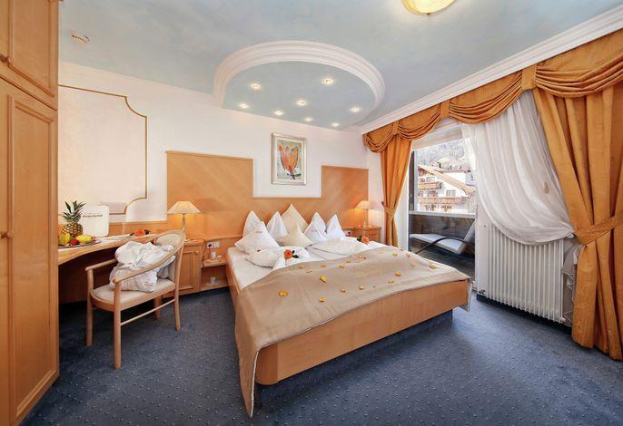 Das Hotel liegt in einem kleinen Dorf im Zentrum von Tirol, nur 6 km von Meran entfernt. Die Gegend ist berühmt für ihre atemberaubende Kulisse, Apfelplantagen und erlesenen Weine. Idyllisch und ruhig gelegen .