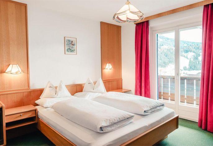 Hier können Sie Ihre Sommer- und Winterferien in herrschaftlicher Umgebung verbringen. Esstehen Ihnen die komfortablen Räume unseres Hotels zur Verfügung: gemütliche Säle, Bar-Café und ein Aufenthaltsraum.