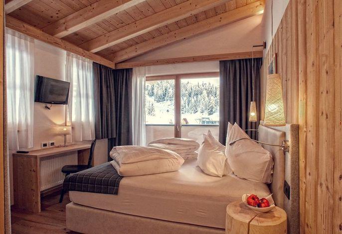 Das Hotel liegt direkt an der Skipiste, auf der Sonnenseite am Fuße des Skigebietes Kronplatz in den Dolomiten. Umgeben von Natur und wenige Meter von verschiedenen Wanderwegen und 1 von vielen MTB-Downhillstrecken. Auch ideal zur Entspannung!